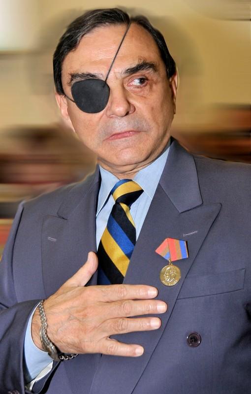 El reputado conductor del programa televisivo Dossier fue con-decorado con la orden Félix Elmuza, máxima distinción que otorga la Unión de Periodistas de Cuba, por su presidente, Antonio Mol-tó.